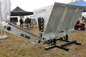 Hyvä kuivitus on osa puhtautta. Beltscoop-kuivituskauhaan saa nyt lisäkuljettimen, jonka avulla turve lentää vähintään 10 metrin matkan, normaalin 5–6 metrin sijaan. Näin päästään kuivittamaan esimerkiksi nautakasvattamoissa karsinoiden takaosatkin. Kuljetin käännetään lastauksen ajaksi koneen kylkeen kiinni, ja takaisin 30 asteen kulmaan levitysasentoon, kun kuivitus aloitetaan. Lisäosa voidaan jälkiasentaa jo käytössä oleviin Beltscoop-kuivikkeenlevittimiin. Hinta 1800 €. Jos asennukseen tarvitaan sähköinen 6-tieventtiili, hintaan tulee 200–300 euroa lisää. Kauhan toimintaa voi katsella videolta valmistajan sivulla www.ny-tek.fi