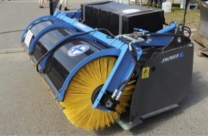 Iisalmelainen Konevel esitteli Viljossa traktorin eteen kiinnitettävää kauhaharjaa, joka soveltuu katujen puhdistuksen lisäksi myös kotieläinsuojien puhdistukseen. Laite harjaa puhdistettavan tavaran kauhaan. Sitä voidaan käyttää myös pelkkänä kauhana nostamalla harja ylös. Päällä olevassa vesisäiliössä kulkee mukana vesi, jota voidaan käyttää korkeapainepesuun tai puhdistettavan alueen kasteluun pölyn sitomiseksi. Snowek-kauhaharjasta on neljä eri kokoa, joiden leveydet ovat 150–270 senttiä. Hinnat alkavat 6000 eurosta. www.snowek.fi
