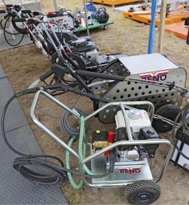 Polttomoottorilla varustetuilla tai traktorin hydrauliikkaa käyttävillä painepesureilla voi huolehtia hygieniasta silloinkin, kun verkkovirtaa ei ole saatavilla. Esimerkiksi traktorin renkaat voi pestä jo pellolla lietteenajon jälkeen. Reno-merkkisten pesureiden valikoimassa on useita erilaisia malleja kevyistä bensakoneista aina ammattiluokan laitteisiin saakka. Edullisin 3 kW moottorilla varustettu pesuri maksaa 1280 €, 4–15 kW bensiinimoottorilla varustetut 2250–6400 €, hydrauliikkaa käyttävät 4–15 kW mallit 1650–3490 €. www.sktoy.fi