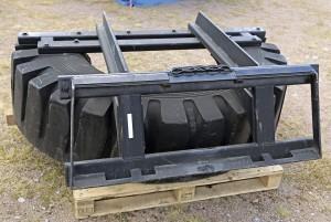 Virolainen DairyTec tekee käytetyistä traktorin renkaista traktorin tai pienkuormaimen eteen kiinnitettäviä lantakolia. Laitteesta löytyy neljä eri kokoa väliltä 1,8–3,1 metriä. Hinnat 1500–2000 €. www.dairytec.eu