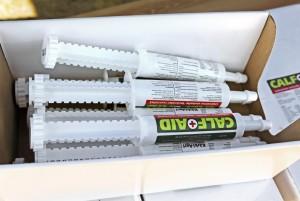 KärkiAgrin myymä Calf Aid on vasikoille tarkoitettu lisäravinnevalmiste, joka on tarkoitettu tukihoidoksi puutostiloihin ja niiden ehkäisyyn sekä esimerkiksi kovasta ripulista toipumiseen. Pasta-muodossa oleva tuote annostellaan putkilosta. Pakkaus, jossa on 12 tuubia maksaa 99 euroa. www.karkiagri.fi