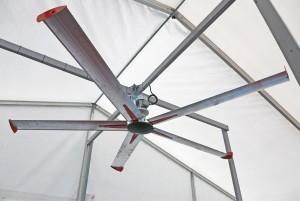 Kattoon asennettava helikopterituuletin oli varsin ajankohtainen laite Okran viimeisinä helteisinä päivinä. Laite on kuitenkin käyttökelpoinen myös talvella, kun sen pyörimissuunta vaihdetaan siten, että se painaa katonrajaan nousevaa lämmintä ja kuivaa ilmaa alaspäin. PJ Farm myy kuvan italialaista La Mecanica -tuuletinta, josta on kuusi eri kokoa, halkaisijat 330–690 senttiä. Hinta alkaen 720 €. Laitteen valmistajalta saa ohjeet asennuskorkeudesta sekä tarvittavien laitteiden koosta ja määrästä. www.pjfarm.fi. Myös Teollisuushankinta myy 4-metristä matala-nopeuksista Aliseo-kattotuuletinta, joka kierrättää ilmaa aina samaan suuntaan, mutta esitteen mukaan viilentää kesällä ja lämmittää sekä kuivattaa ilman talvella. www.teollisuushankinta.fi