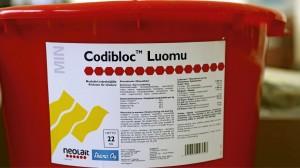 Pelman myymä Codibloc-nuolukivivalikoima on täydentynyt luomuun sopivalla märehtijöiden nuolukivellä. Tuotteen luvataan pysyvän kiinteänä, vaikka se kastuisi. 22 kilon ämpärissä myytävä kivennäinen maksaa verkkokaupassa noin 52 €. www.pelma.fi