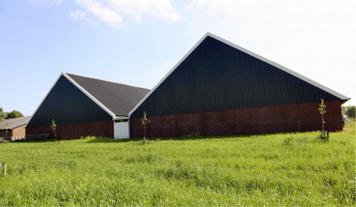 Jos rakennus näyttää kivalta, naapurit hyväksyvät sen helpommin. Sikalan haluttiin muistuttavan entisajan maatalousrakennuksia. Siksi Oosterlaken päätyi kahteen harjakattoon, jotka ovat samanlaisia kuin asuinrakennuksen katto. Rakennuksen ympärille on istutettu hedelmäpuita, jotka kasvaessaan suojaavat tuulelta ja maisemoivat sikalan sekä tuottavat hedelmiä perheen ja vierailijoiden käyttöön.