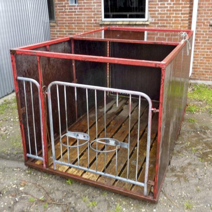 Itse tehdyn 1,45 x 2,45 metrin kokoisen vasikkakarsinan alla on paikat trukkihaarukalle, joten karsina voidaan siirtää ulos, kun vasikat noudetaan. Samalla se voidaan pestä ennen palauttamista vasikoiden kasvatuspaikalle. Materiaalikustannuksiksi on laskettu noin 70 €.