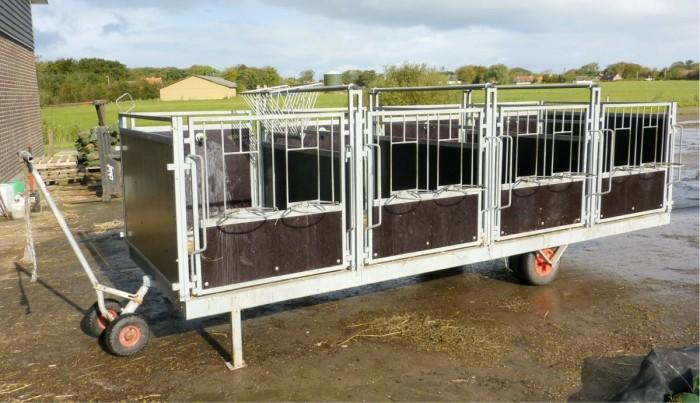 Tässä vasikkavaunussa voi kasvattaa neljä vasikkaa yksilökarsinoissa. Vaunu voidaan siirtää ulos haluttuun paikkaan, kun vasikat noudetaan. Sitä voidaan käyttää myös ryhmäkasvatukseen, kun karsinoiden väliaidat vedetään ulos kiskoja pitkin. Vaunun hinta Tanskassa 2014 € + alv, Seem.