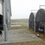 Yläkuvassa on välitysvasikoiden kasvatusta varten kaksi navetasta erillään olevaa katosta, joista sonnivasikat noudetaan joka toinen viikko. Lehmävasikat kasvatetaan eri paikassa. Ratkaisun hyviä puolia on, ettei vieraiden tarvitse mennä tuotantorakennuksiin ja autonkuljettaja saa vasikat autoon ilman apua. Huono puoli on, että vasikoita joutuu hoitamaan kahdessa eri paikassa. Hinta Tanskassa noin 1800 € + alv, Spøttrup Hytten P. Halds Maskinfabrik