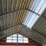Uudessa kylmäpihatossa on teräsrunko. Seinien yläosa on edessä puuta. Takaseinällä on alaosassa betoni ja ylhäällä aukot, joihin tulee verhot. Katon takalappeella oleva valokate ja päädyn ikkuna antavat lisää valoa kasvattamon keskelle.
